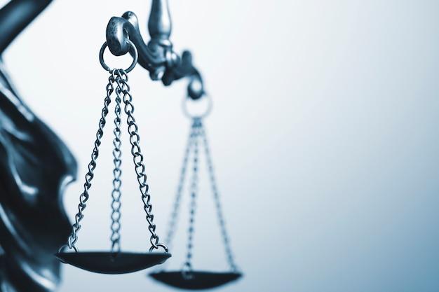 Primo piano dettagliato della bilancia della giustizia