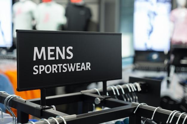 Primo piano di abbigliamento sportivo per uomo accedi al negozio di abbigliamento sportivo