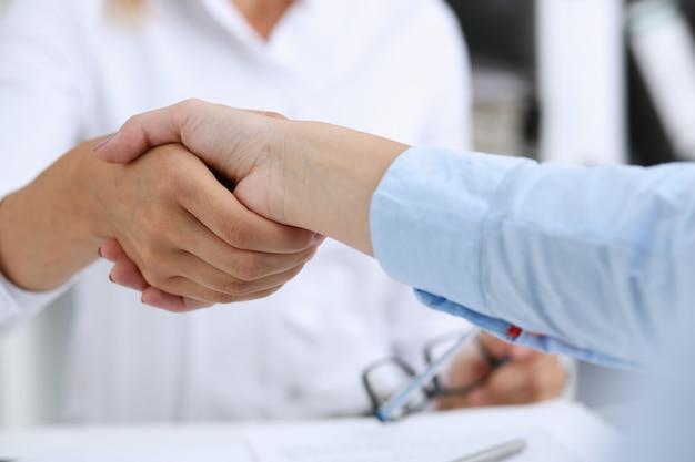 Primo piano di accordo di associazione con l'uomo in tuta