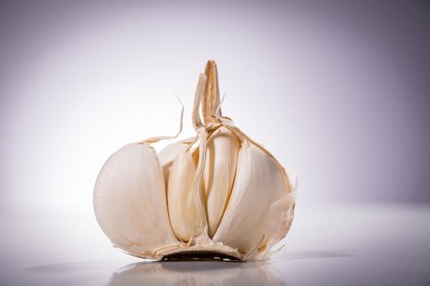 Primo piano di aglio biologico