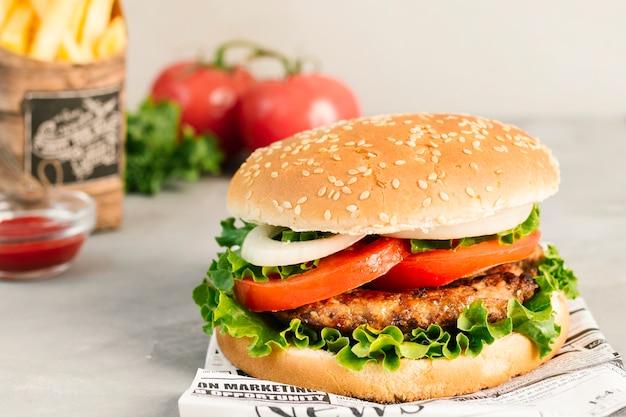 Primo piano di alto angolo di hamburger e patatine fritte sul giornale