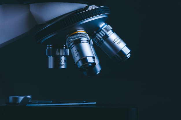 Primo piano di analisi dei dati del microscopio scientifico nel laboratorio di scienze mediche