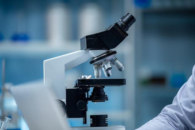 Primo piano di analisi scientifica dei dati del microscopio in laboratorio
