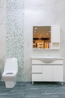 Primo piano di bagno interno con sedile in ceramica bianca