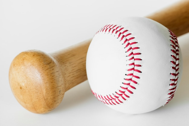 Primo piano di baseball e pipistrello