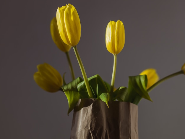 Primo piano di bei tulipani gialli in un sacco di carta