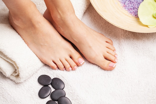 Primo piano di belle gambe di una donna che fa una pedicure