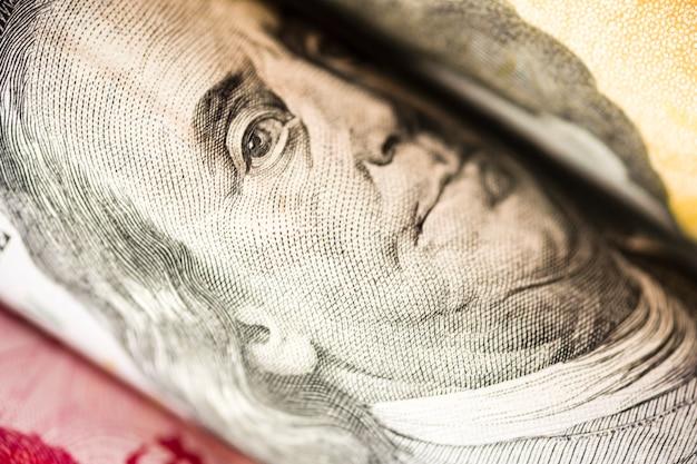 Primo piano di benjamin franklin dalla banconota del dollaro americano.