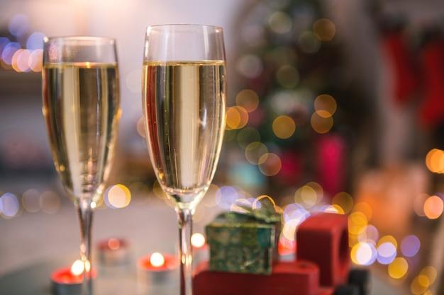 Primo piano di bicchieri di champagne con sfondo sfocato