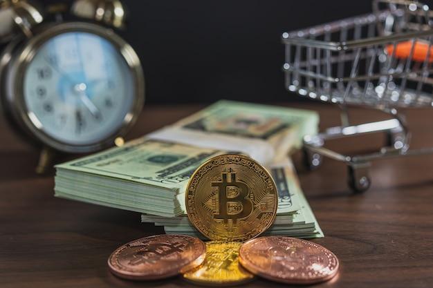 Primo piano di bitcoin e banconote sul tavolo