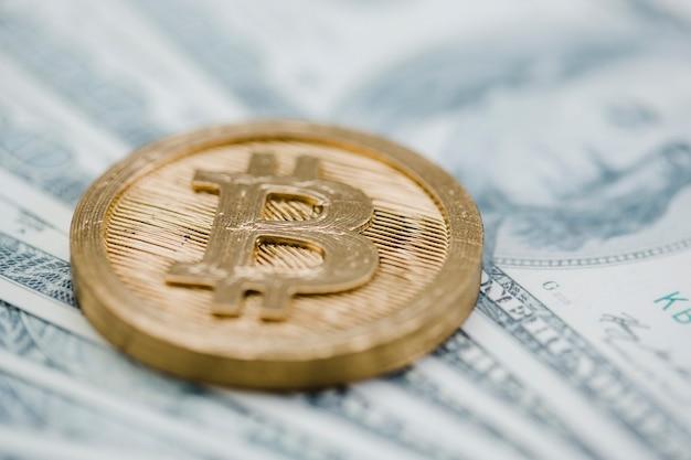 Primo piano di bitcoin sopra le banconote del dollaro americano