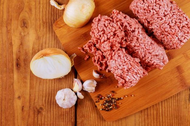 Primo piano di carne di maiale tritata con prezzemolo