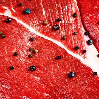 Primo piano di carne rossa di manzo con pepe nero