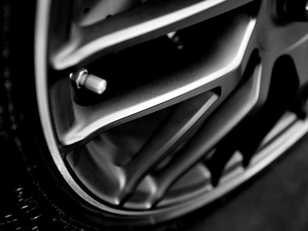 Primo piano di cerchi da una macchina sportiva