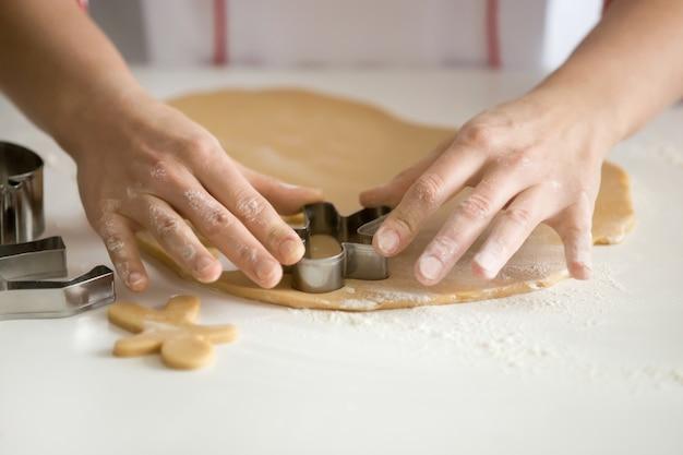 Primo piano di confezioni professionali mani tagliare gingermen