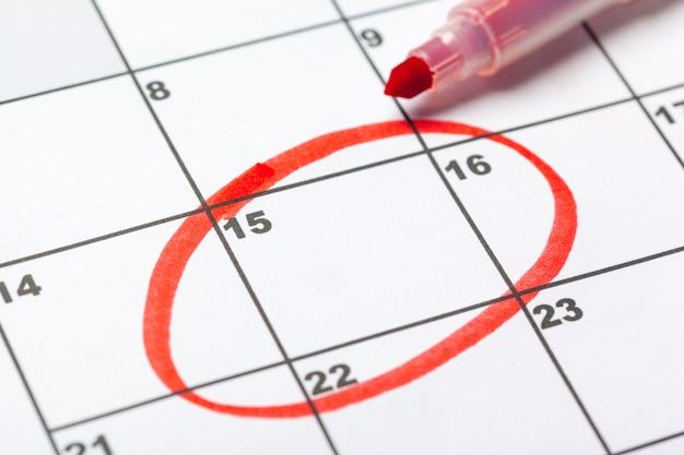 Primo piano di date sulla pagina del calendario