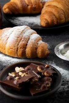 Primo piano di disposizione dei croissant dolci