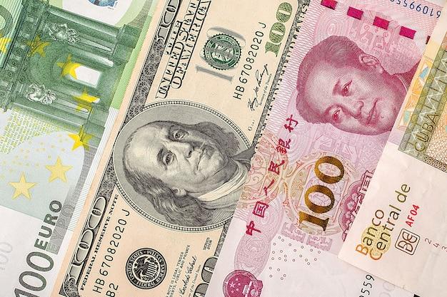 Primo piano di dollari, euro e yuan