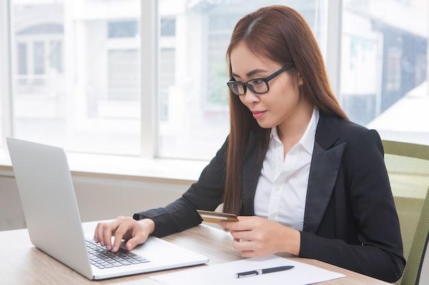 Primo piano di donna di affari doing online banking