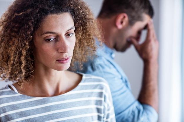 Primo piano di donna infelice
