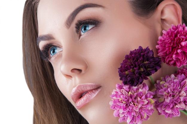 Primo piano di donna molto bella. ritratto di splendida signora bianco ritratto di bellezza. cosmetici, ciglia, pelle da vicino.