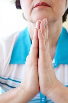 Primo piano di donna praticare lo yoga