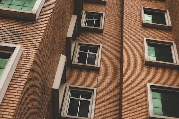 Primo piano di edificio con finestre