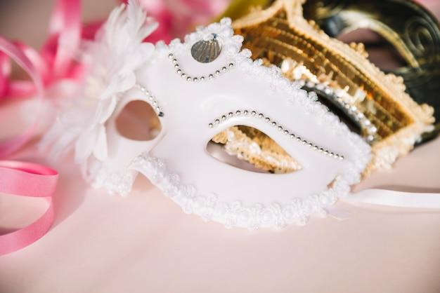 Primo piano di eleganti maschere festive