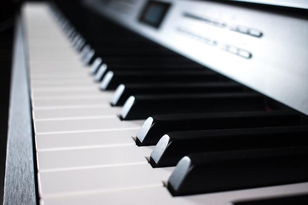 Primo piano di elettronica di tasti del piano.