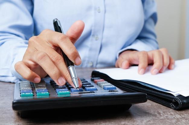 Primo piano di esperto di marketing utilizzando la calcolatrice