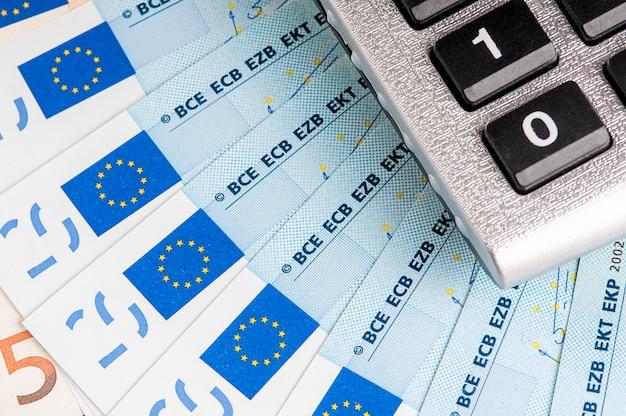 Primo piano di euro banconote dei soldi