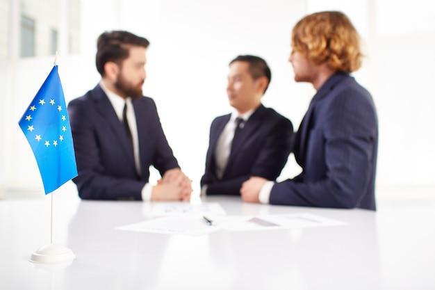 Primo piano di europa con uomini d'affari di sfondo