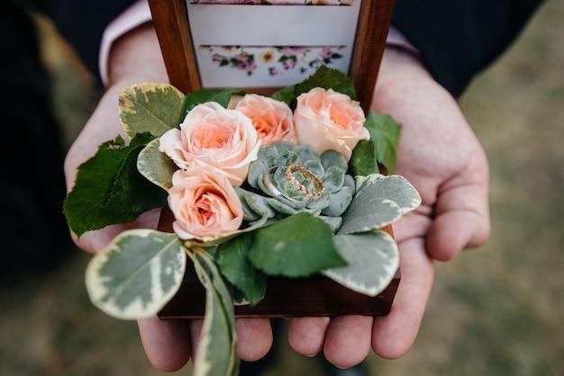 Primo piano di fedi nuziali in una bella scatola, durante la riunione della sposa. accessori.