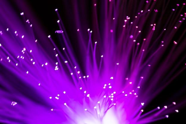 Primo piano di fibra ottica verde brillante