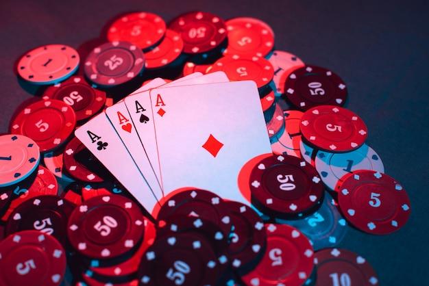 Primo piano di fiches e carte da gioco