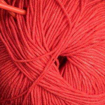 Primo piano di filato di lana rosso