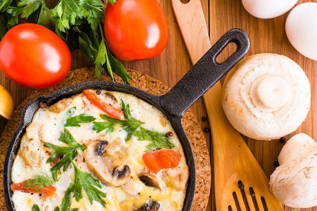 Primo piano di frittata italiana e ingredienti per la cottura. vista dall'alto