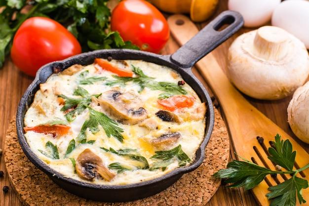 Primo piano di frittata italiana e ingredienti per la cottura