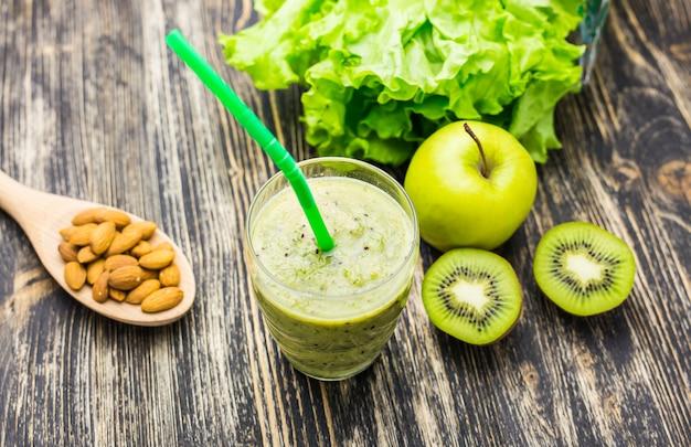 Primo piano di frullati con vari ingredienti. superfoods e stile di vita sano o concetto dell'alimento di dieta della disintossicazione.