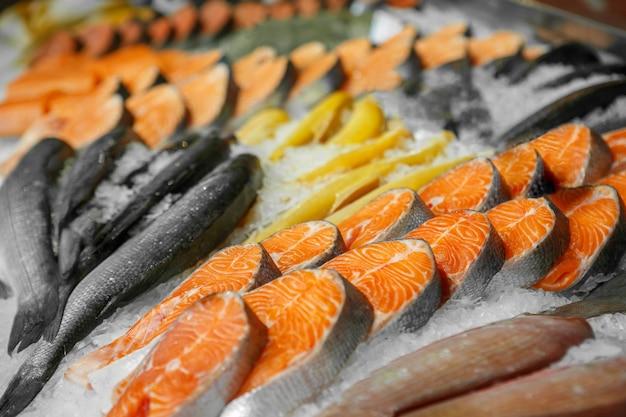 Primo piano di frutti di mare raffreddati nel negozio di un negozio di pesce