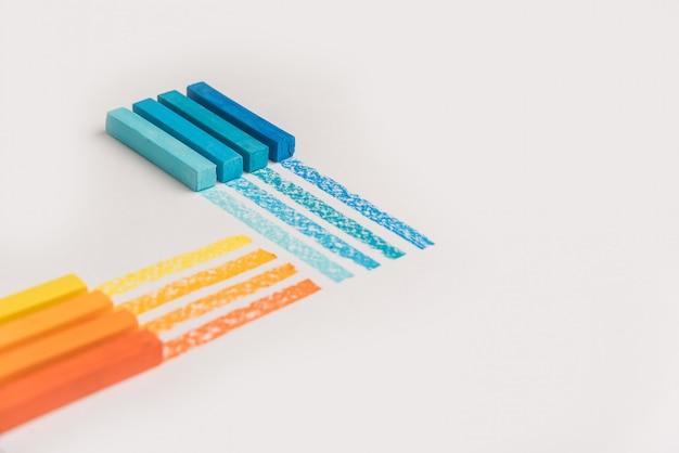 Primo piano di gessetti pastello pastello di colore sopra la propria linea di traccia