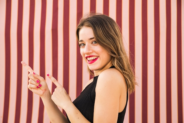 Primo piano di gesticolare sorridente della giovane donna