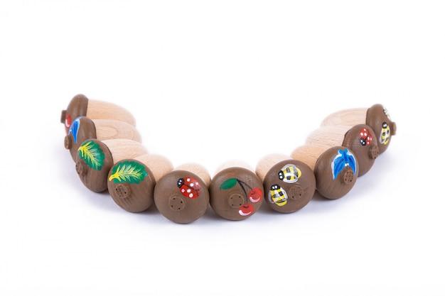 Primo piano di giocattoli per bambini in legno naturale a forma di ghiande con conchiglie