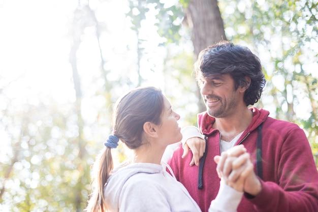 Primo piano di giocoso uomo che balla con la moglie