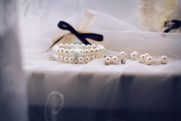 Primo piano di gioielli. gioielli, anelli, spille, diamanti, strass