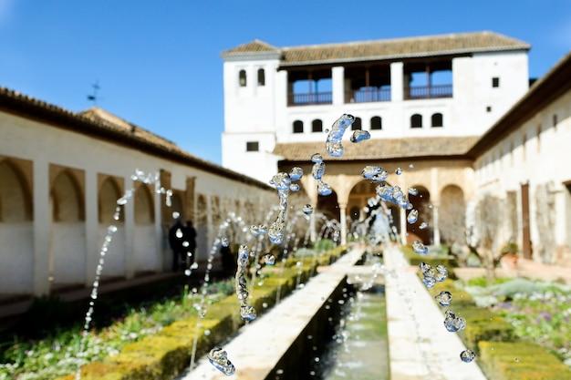 Primo piano di gocce d'acqua fontana