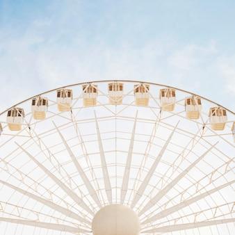 Primo piano di grande ruota gigante bianca contro cielo blu