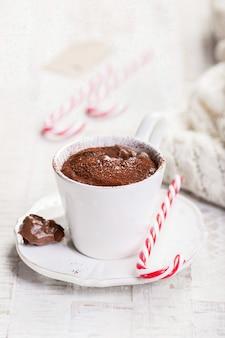 Primo piano di gustosa cioccolata calda con la canna di caramella