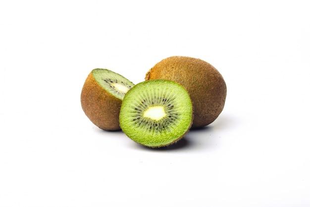 Primo piano di gustosa kiwi su sfondo bianco