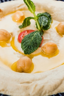 Primo piano di hummus, ricetta mediterranea tradizionale.